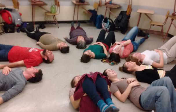 Les étudiants s'initient au yoga du rire