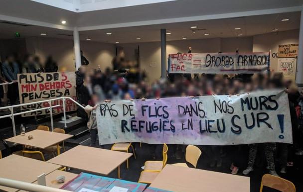 des réfugiés dans les universités