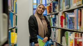 Une étudiante s'oppose à la loi sur la laïcité