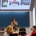 La professeure Anne Pezet discute avec les étudiants de l'association HECinéma. Photo : Laura-Maria Martinez