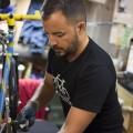 Normand Cyr, bénévole à Biciklo, un atelier communautaire de réparation de vélos. crédit photo: Stéphanie Dupuis