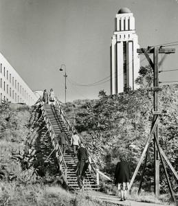 L'escalier en bois a été conservé malgré la rampe. (photo: division de la gestion de documents et des archives)