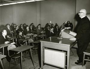 dans les années 1960, des ecclésiastiques donnaient des cours. (crédit photo : photo: division de la gestion de documents et des archives)
