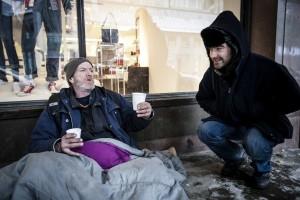 Maxime discute avec james de l'impassibilité des gens vis-à-vis de sa situation près de la station de métro McGill. (crédit photo : Adil Boukind)