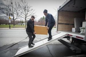 Des courroies peuvent faciliter le transport de certains meubles. (Crédit Photo: Isabelle Bergeron)