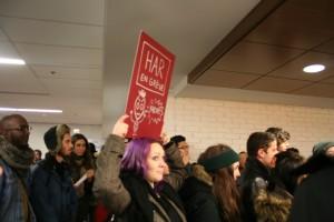 Les manifestants se sont promenés dans les couloirs de l'UdeM.Crédit photo: Alice Mariette