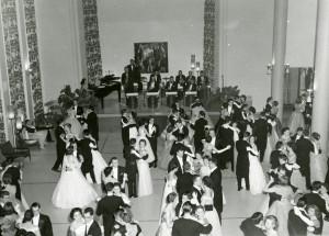 Miss QL: Le couronnement de Miss Quartier Latin avait lieu lors d'un grand bal, comme celui-ci en 1957. Crédit photo: Courtoisie - Division de la gestion des documents et des archives de l'UdeM. 1ere femme AGEUM: Capture d'écran: Archives Quartier Latin