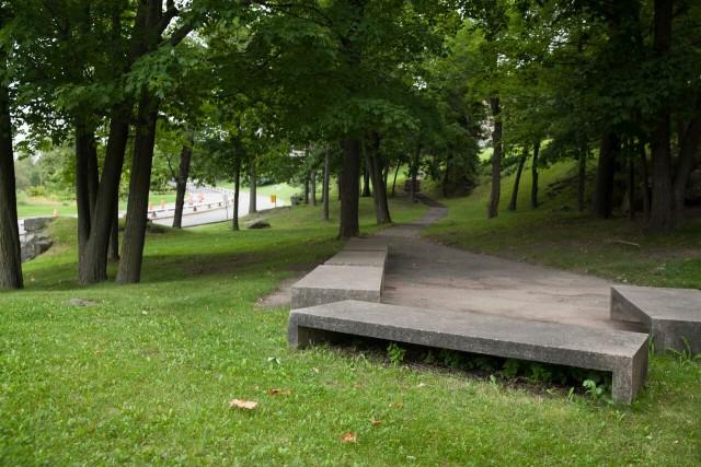 Entre le métro et l'UdeM-- Le jardin qui suit le chemin de la rampe est sans doute le plus grand espace vert de l'UdeM. Un endroit idéal pour se reposer avant de se rendre en cours.