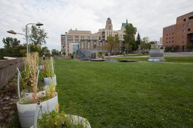 Toit du stationnement -- Entre les pavillons Claire-McNicoll, André-Aisenstadt et PaulG-Desmarais, le projet P.A.U.S.E-UdeM* a permis d'aménager un jardin en bacs et de planter du houblon. Des tables de pique-nique y sont aussi installées pour profiter de l'endroit. * Production agricole urbaine soutenable et écologique est un projet d'agriculture urbaine à l'UdeM.