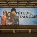 Une grande affiche a été installée sous la marquise, à l'entrée du pavillon 3200 Jean-Brillant, dans le cadre de la campagne de visibilité du Bureau de la valorisation du français et de la Francophonie. Crédits photo : Mathieu Gauvin