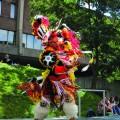 Le jeudi 1er septembre, sur la Place de la Laurentienne, le salon Uatik proposait un pow-wow durant lequel des membres de la nation Ashinabe ont fait une démonstration de danses traditionnelles. Crédits : Mathieu Gauvin