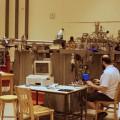 Le postdoctorant en physique Alexandre Désilets-Benoît et son installation au pavillon René-J.A.-Lévesque. Crédits photo : Maude Auberson-Lavoie