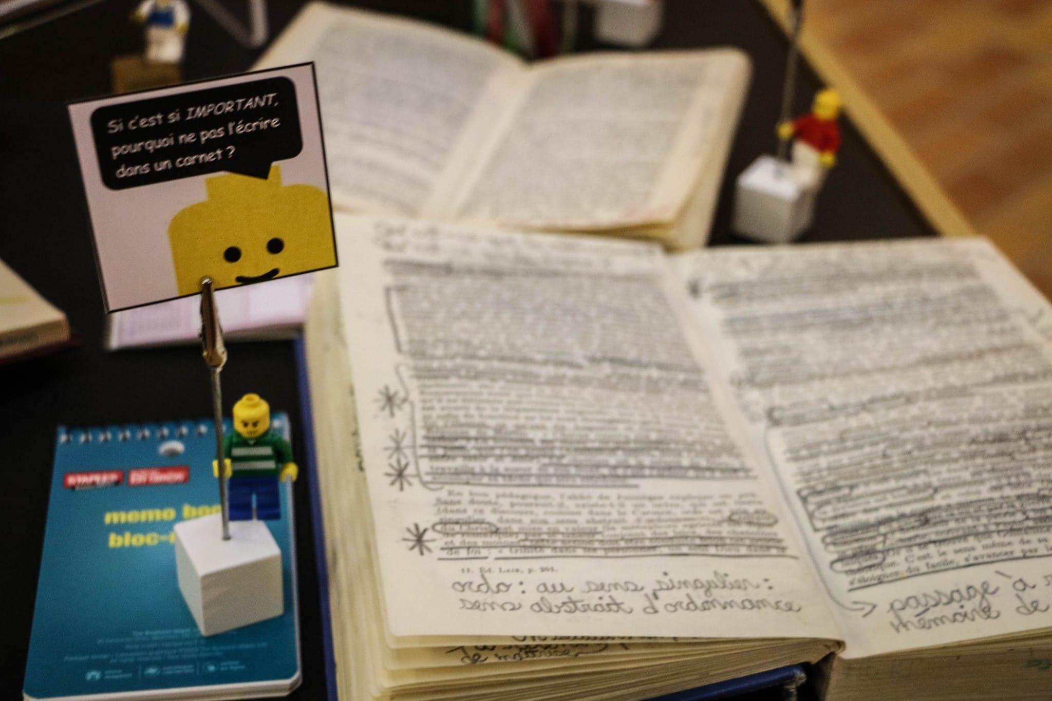 Du livre mordillé par un chien à celui complètement raturé, tous les ouvrages présentés proviennent directement des étagères de la bibliothèque et sont des « faits vécus ». Crédit photo : Mathieu Gauvin
