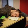 L'enquête indique que le manque de sommeil fait partie des principales variables agissant sur l'état de la santé mentale des étudiants.  Crédit photo : Mathieu Gauvin.