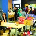 Les bénévoles de la Banque alimentaire de l'UdeM distribuent des denrées tous les lundis, dès 16 h 30, au Café Math-Info. Crédit photo : Mathieu Gauvin.