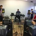 Des étudiants en musiques numériques membres de l'ensemble d'oscillateurs, en répétition. Crédit photo : Courtoisie Kevin Gironnay.