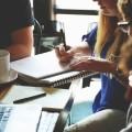 Ce format pédagogique, bien que peu pratiqué à l'UdeM, rencontre une certaine popularité auprès des étudiants du cours, qui se sentent préparés pour le marché du travail. (Crédits: Pexels.com)