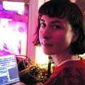 L'étudiante à la maîtrise en composition et création sonore Myriam Boucher lors de sa performance à Igloofest le 26 janvier dernier. Crédit photo : Mathieu Gauvin.