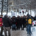 Le SÉSUM a rassemblé certains de ses membres en marge de la rencontre pour manifester contre les mesures d'austérité du gouvernement Couillard. Crédit photo : Marie Isabelle Rochon.