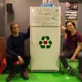 Les instigateurs du projet, Émile Lord et Sébastien Bernard, avec le frigo communautaire, inauguré le 25 janvier dernier. Crédit photo : Mathieu Gauvin.