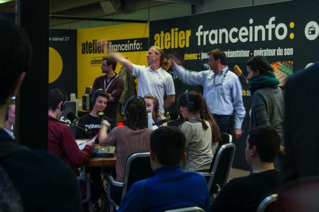 France Info a tenu un atelier permettant aux élèves de participer à une simulation d'émission radiophonique.