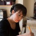 L'artiste résidente au Nouvel Ensemble Moderne et étudiante à la maîtrise en composition instrumentale Keiko Devaux. Crédit photo : Marie Isabelle Rochon.