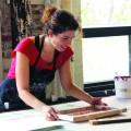 L'étudiante au doctorat en aménagement à l'UdeM Renata Marques Leitao au Centre design et textile lors d'une formation.  Crédit photo : Courtoisie Tapiskwan.