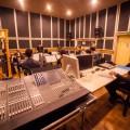 Timothy Brock, Romain Camiolo et les étudiants instrumentistes du CNSMD de Lyon lors d'une séance d'enregistrement en studio. Crédit photo : Courtoisie Francesco Burlando.