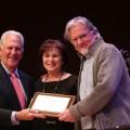 Le Dr Stephen Fichman et son épouse Susan avec le pianiste compositeur Mario Fraser, lauréat du Prix de la meilleure composition originale jazz pour Fantaisie sur « All The Things You Are » / Prix Dr Stephen et Susan Fichman en jazz. Courtoisie Andrew Dobrowolskyj