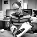 Le chercheur Bruno Belzile et sa pince robotique. Crédit photo : Marie Isabelle Rochon.