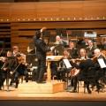 Le chef Adam Johnson et l'Orchestre symphonique de Montréal. Crédit photo : Courtoisie OSM.