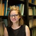 L'étudiante à la maîtrise en littératures de langue française Caroline Villemeure qui a collaboré à la conception des ateliers avec la bibliothécaire Catherine Bernier. Crédit photo : Marie Isabelle Rochon.