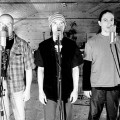 André Fortin (au centre) avec les deux autres membres du groupe Les Colocs lors de l'enregistrement de leurs deux derniers albums, André Vanderbiest (à gauche) et Mike Sawatsky (à droite). (Photo: Wikimedia Commons | Z pelletier)