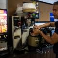 Le gérant du café Acquis de droit, Yorgy Lopez, explique que dans son café, peu de personnes choisissent les boissons caféinées.  (Photo : Laura-Maria Martinez)