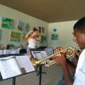 La professeure de trompette et trombone Émilie Fortin dirigeant des étudiants de l'orphelinat. (Photo: Courtoisie Ambassadeurs OF)