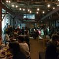 Dans la Cuisine VIVA !, l'action du public permet aux convives d'accéder à la nourriture, de la consommer et de la partager. (Photo : Courtoisie VIVA ! Art Action)