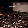 La responsable marketing du diffuseur M2K / MILE END Alice Burger introduit le film 120 battements par minute devant la salle comble du Ciné-Campus ce lundi 2 octobre 2017. (Photo: Laura-Maria Martinez)
