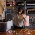 L'étudiante en design industriel Maxime Saint-Denis recycle des retailles de cuir pour son projet de fin d'études. (Photo : Laura-Maria Martinez)