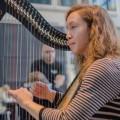 L'ancienne étudiante de l'UdeM Cécile Delage joue de la harpe celtique dans le cadre de la semaine «Relaxez, c'est juste la fin de session». (Photo : Laura-Maria Martinez)