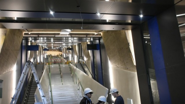 Une équpe d'ouvriers s'occupent des derniers préparatifs afin de permettre l'accès au tunnel de la rampe. (Photo: Félix Lacerte-Gauthier)