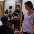 Des étudiantes en physiothérapie de l'UdeM apprennent à utiliser un compas d'accouplement lors du cours de renforcement mécanique de première année. (Crédit photo : Laura-Maria Martinez)