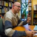 Le professeur en études allemandes au Département de littératures et langues du monde Manuel Meune explique sur papiers les déclinaisons des trois genres en allemand. (Photo : Laura-Maria Martinez)