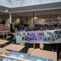 Des étudiants de l'Université Lumière-Lyon-II rassemblés pour manifester en faveur des migrants actuellement dans les locaux de l'établissement. (Crédit photo : Facebook.com I Amphi C Solidaires)
