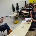 La professeure au Département de communication sociale et publique de l'UQAM Véronique Leduc (au premier plan, à droite) écoute son interprète en langue des signes (à gauche), qui traduit la présentation orale de ses étudiants. (Crédit photo : Laura-Maria Martinez)