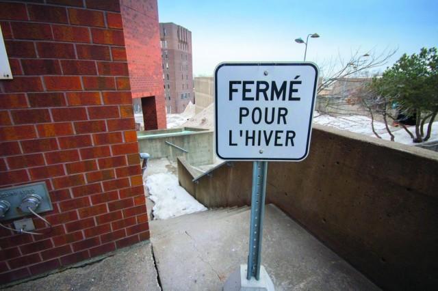 « Dès que l'hiver arrive, il y a ces panneaux un peu partout interdisant de passer, constate M. Saunier. On est à Montréal… Si on n'est pas capable de déneiger quelques escaliers, qu'est-ce qu'on fait ? » (Photos : Benjamin Parinaud)