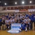L'équipe masculine de volleyball pose victorieuse au tournoi provincial.  (Photo: Courtoisie Carabins)