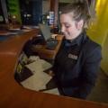 L'étudiante de deuxième année en gestion touristique Alexandra-Jade Girard a participé à la formation de majordome dispensée par l'ITHQ. (Crédit photo : Benjamin Parinaud)