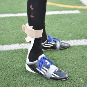 Zacary doit garder une attelle lors de ses entraînements pour stabiliser son pied. Celle-ci est nécessaire alors que les nerfs de sa jambe se rétablissent.  « Elle garde mon pied en dorsiflexion. Sans elle, il n'est pas capable de rester droit et tomberait, explique-t-il. Elle agit comme un ressort en me permettant de pousser mon pied vers le bas pour ensuite le ramener en position normale. » (Photo: Félix Lacerte-Gauthier
