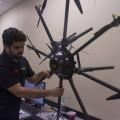 Le président du club étudiant Dronolab de l'ETS, Vijithan Rajaratnam, en train de manipuler le drone conçu par son équipe. (Crédit photo : Romeo Mocafico)