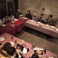 Le Comité Spectateurs offrent des discussions entre résidents du quartier et personnel du théâtre autour d'un souper. (Crédit photo : Espace Libre)